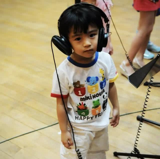 张柏芝晒大儿子Lucas近照,网友直呼:以为看到谢霆锋!