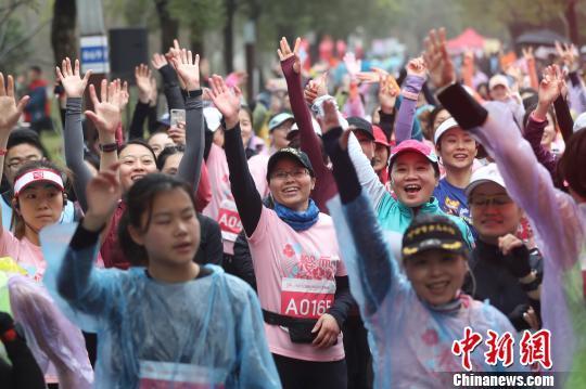 上海3000余名女跑者樱花林中靓丽开跑_张亨伟 体育新闻 第4张