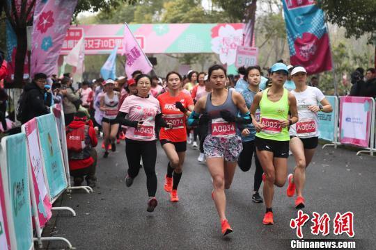 上海3000余名女跑者樱花林中靓丽开跑_张亨伟 体育新闻 第2张