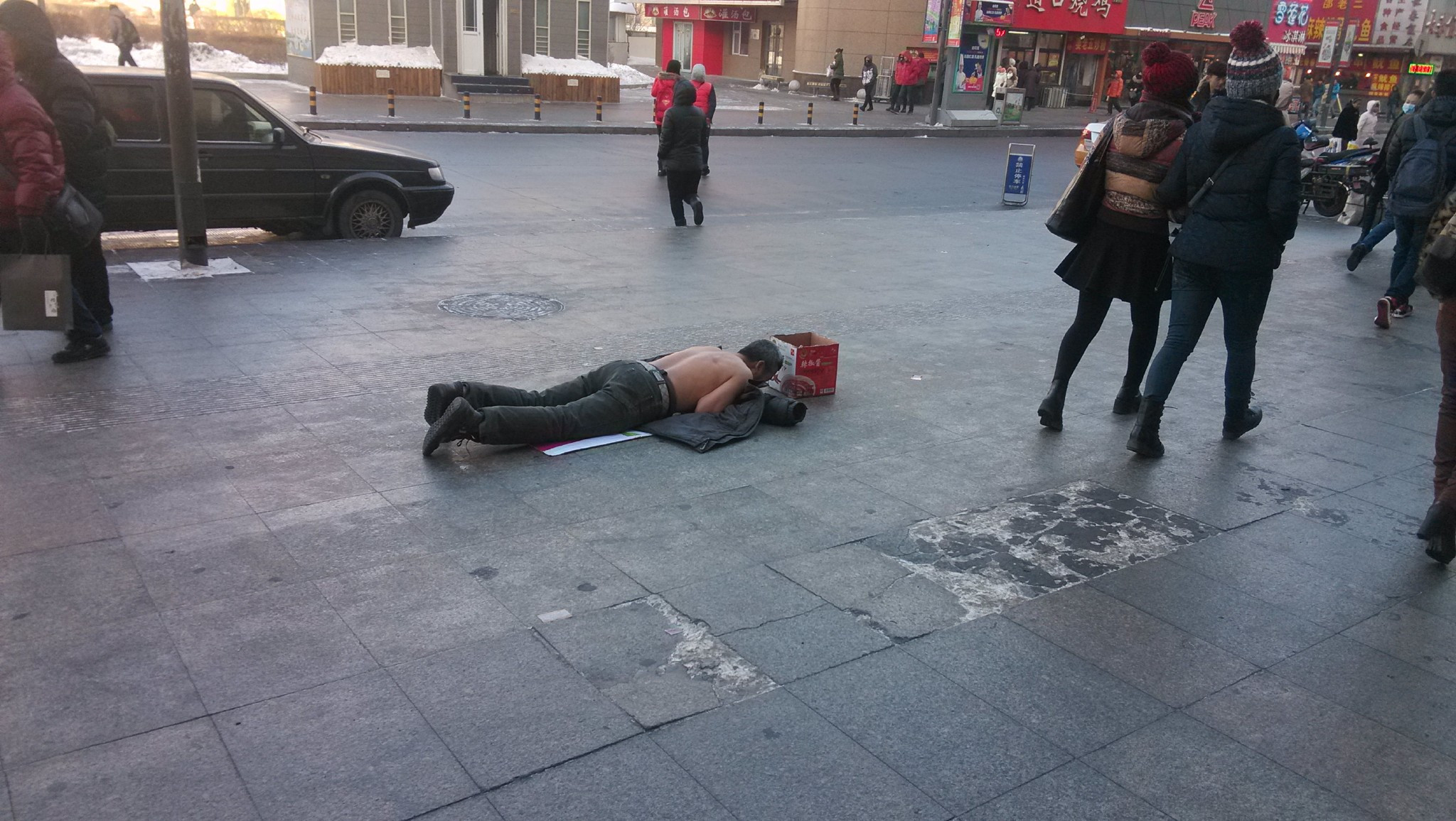 在街头遇到乞丐会施舍吗?他们可怜吗?国外一项调查刷新人们三观