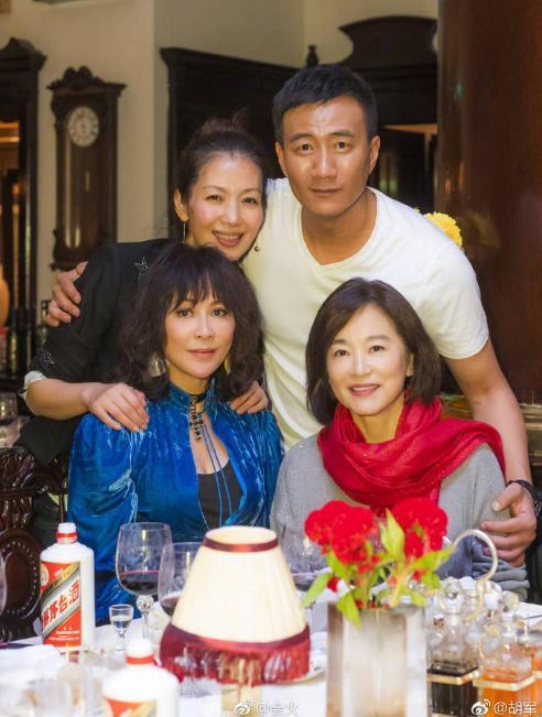 57岁关之琳54岁刘嘉玲昔日好姐妹都为胡军捧场但不同框,却被比美