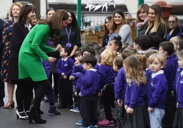 凯特1个月4套绿色穿搭引领新时尚,1万6鲜绿毛呢裙比梅根还美_风格 时尚生活 第1张