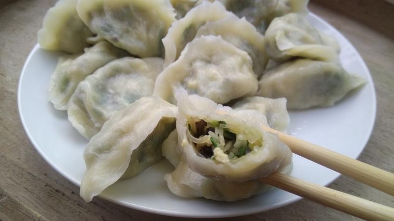 韭菜饺子,馅要这样调,好吃不出水,和面加一物饺子不破皮_饺子皮 美食美客 第19张