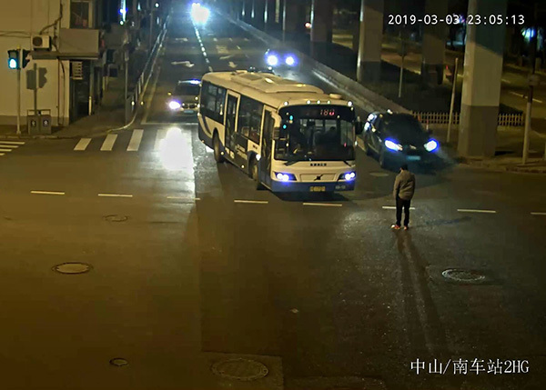中午喝了6两晚上又喝7两,醉酒男子拦停公交推搡民警被行拘