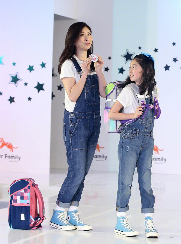 星二代夏天与母亲牵手走T台,同穿背带牛仔裤,母女俩更像姐妹花 imeee.net