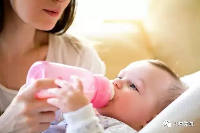 妈妈发烧到底能不能给孩子喂奶?