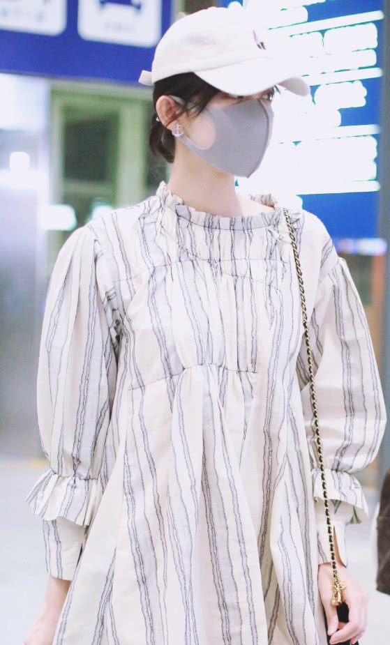 古力娜扎的裙子从正面看美上天,但侧身却让人想问她到底有多重?