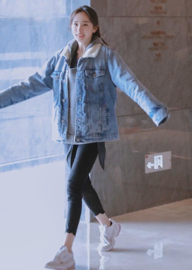 32岁的杨幂逆天了,穿烂大街的牛仔外套+铅笔裤,宛如18岁!