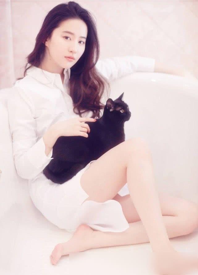 吹爆刘亦菲的神仙颜值,穿烂大街T恤美如小仙女,哪儿像31岁?