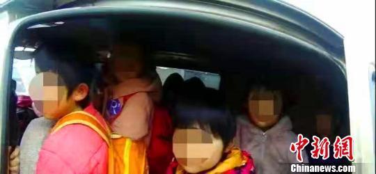 河北威县一涉校车辆严重超员257% 驾驶员