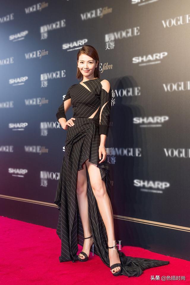 刘涛新搭美到认不到!v领开叉裙搭高跟鞋焕然一新,41岁图片
