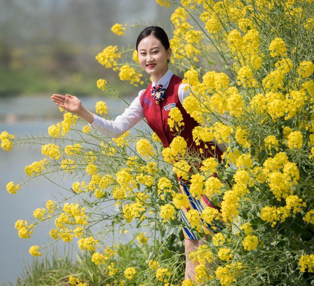 四川一高校准空姐花海走秀 劝导文明赏花