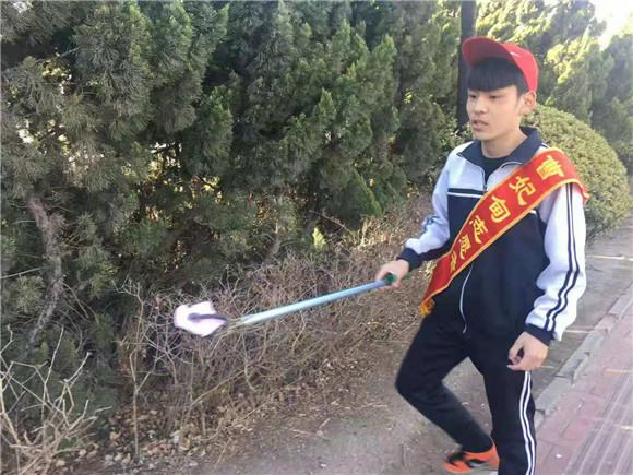 """唐山曹妃甸区职业教育中心""""植树节""""我做护树清洁工"""