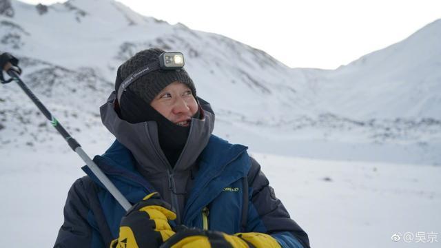吴京为拍新电影到雪山取景,感冒起高原反应,今现身机场又坐轮椅