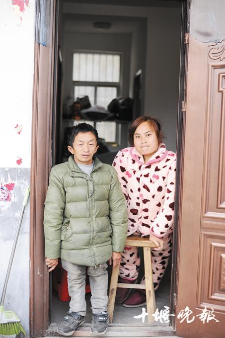 和残疾妻子回乡养猪创业 郧西1.2米男子书写励志