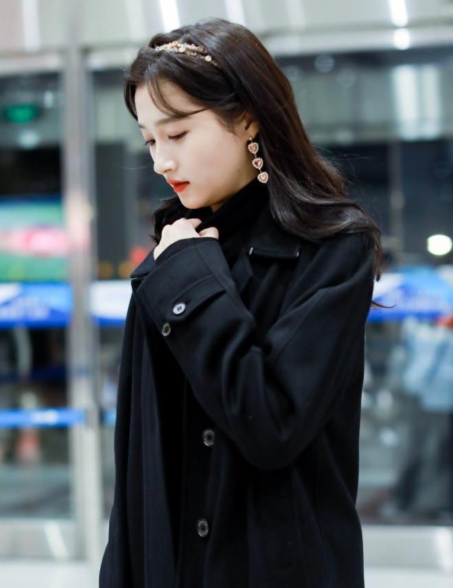 关晓彤越来越会穿搭了,机场一身黑装精致动人,网友:美到极致