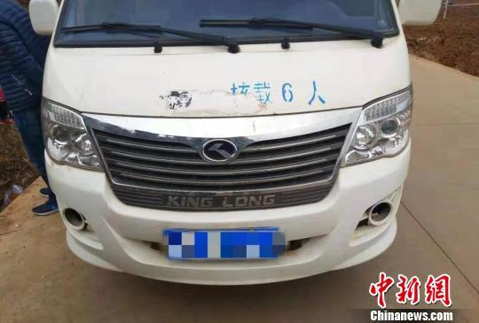 云南一6座车挤进43名小学生 驾驶员涉嫌危险驾驶