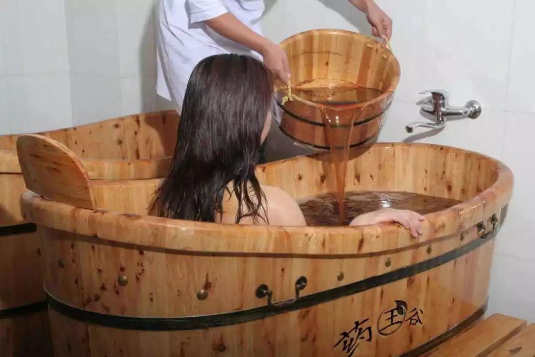 一位客家阿妈用艾草煮水给儿子洗澡,结果没想到...(图5)