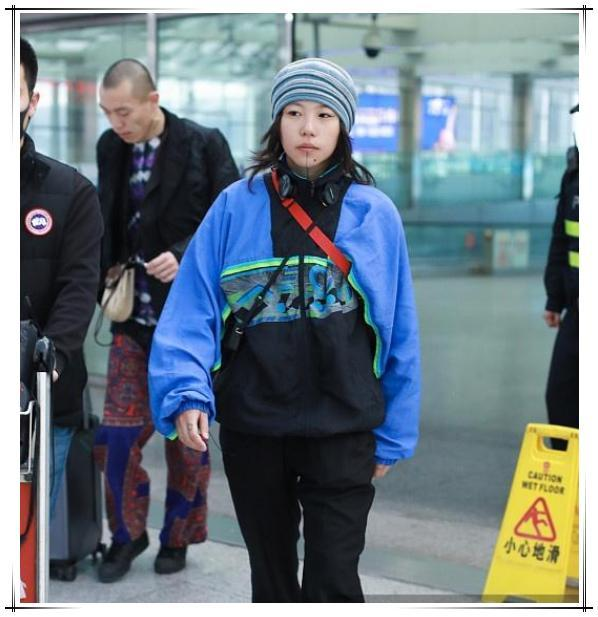 """窦靖童真是够了!戴""""奶奶的帽子""""走机场,22岁穿得比52岁还邋遢"""