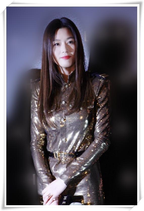 全智贤终于不低调,一袭金色亮片长裙美得闪耀,换个发型更温柔!