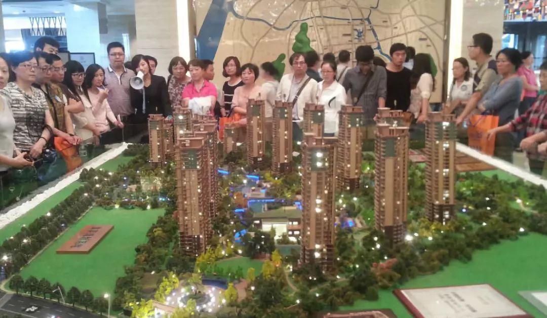 图片来源:网络,组团看房的中国居民
