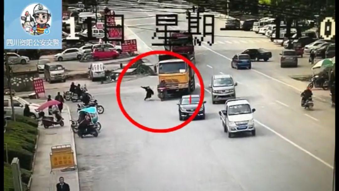 """摩托车驶入货车盲区被撞 搭车男子""""特技""""跳车脱险"""