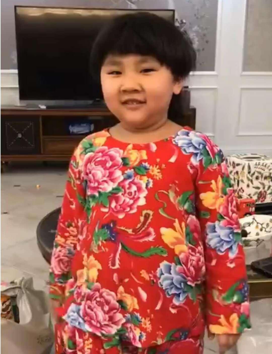 郭德纲4岁小儿子穿花褂子超像老郭,无意中暴露了家中欧式豪宅!
