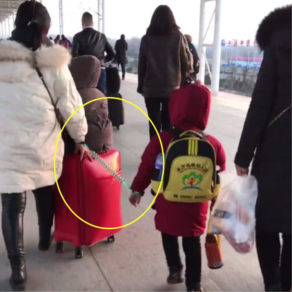 妈妈独自带两个孩子出门,只好如此,接下来的画面让人眼圈发红
