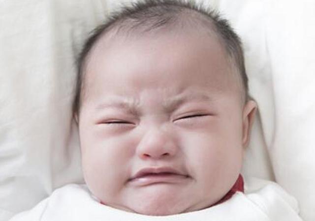 6个月前的宝宝吃饱喝足啥表现?这5个动作告诉你,再喂就过量!
