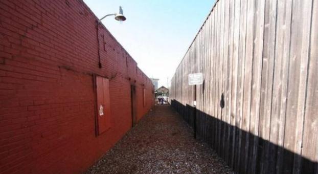 坚持40年往小巷扔瓶盖,50米小巷已成著名景点,引无数人拍照