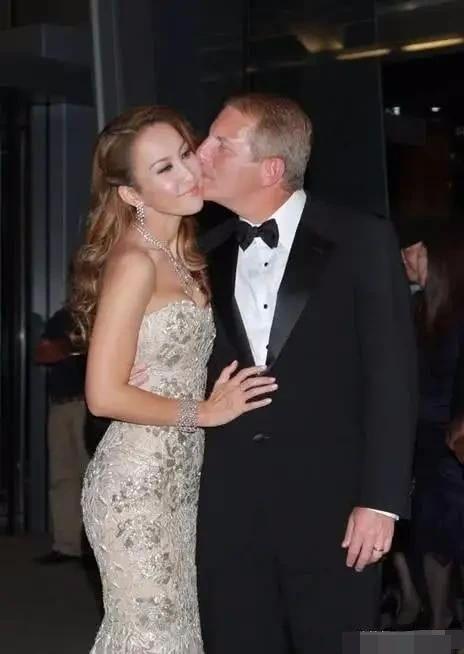 李玟大街上和富商老公甜蜜拥吻,生图36D大胸比精修图还好看!