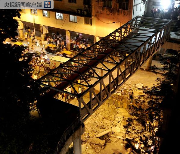 印度孟买一步行天桥桥面倒塌 致3死多伤