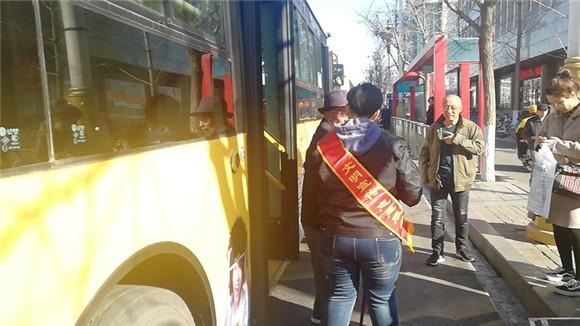 唐山一队党员和D01支路司机学雷锋精神,展巾帼风采
