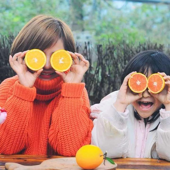 """对末儿来说,最开心的不是接到多少订单,而是在大家收到橙子的时候,在微信上收到一句没头没脑的   """"朵儿姐姐你的橙子好甜呀!"""
