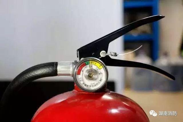 当指针指到   红色区   内时,表示灭火器内干粉压力值偏小,在遇到火灾时会不能喷出,说明该灭火器已经失效.