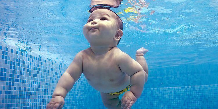 婴儿游泳好处多是谣言