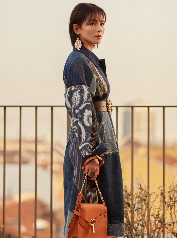 刘涛是史上最节俭的,把没用的被单拼一拼当外套穿?凹出了高级感