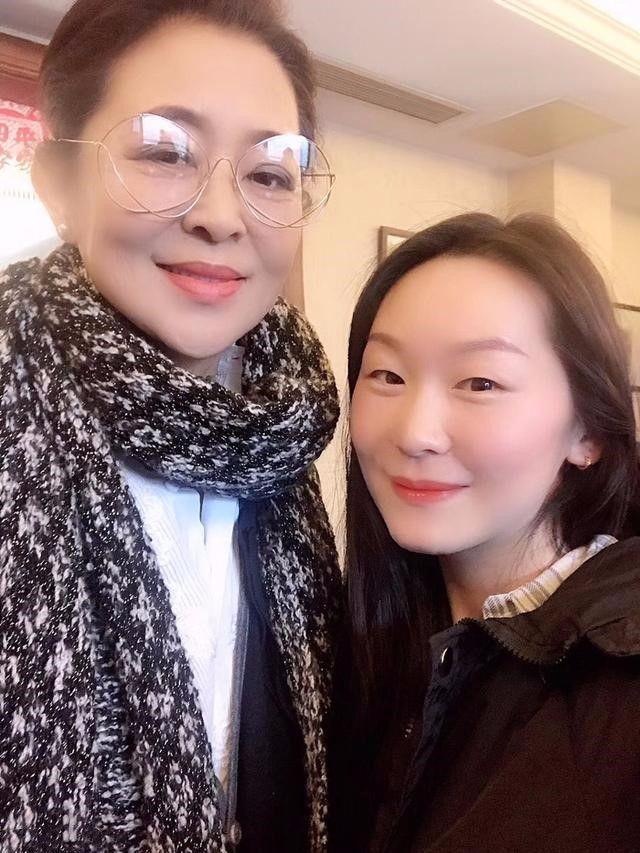 倪萍瘦出尖下巴,都60岁了,为了身材还在减肥?