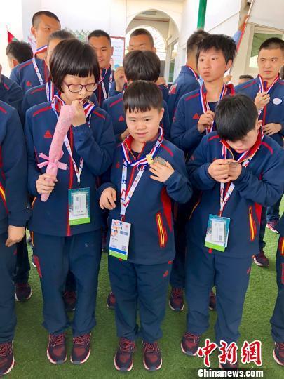阿布扎比特奥会:最小选手幸运摘金 10岁小丫快乐长大