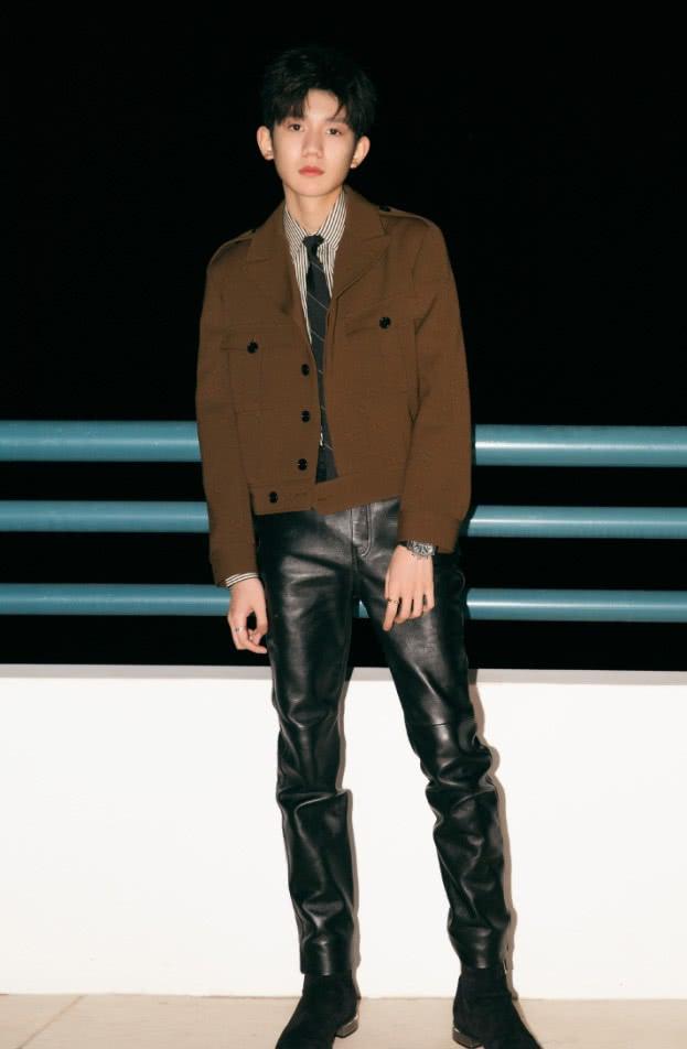 """王源穿迷彩服真""""刚"""",却被小细腿抢镜,能将运动裤穿成阔腿裤!"""