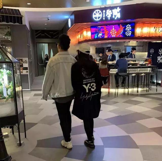 女性时尚话|热文:张馨予和老公牵手逛街被偶遇,她已经生完孩子坐完月子了?