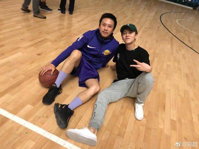 篮球也是明星们的最爱,邓超深夜还约鹿晗打球
