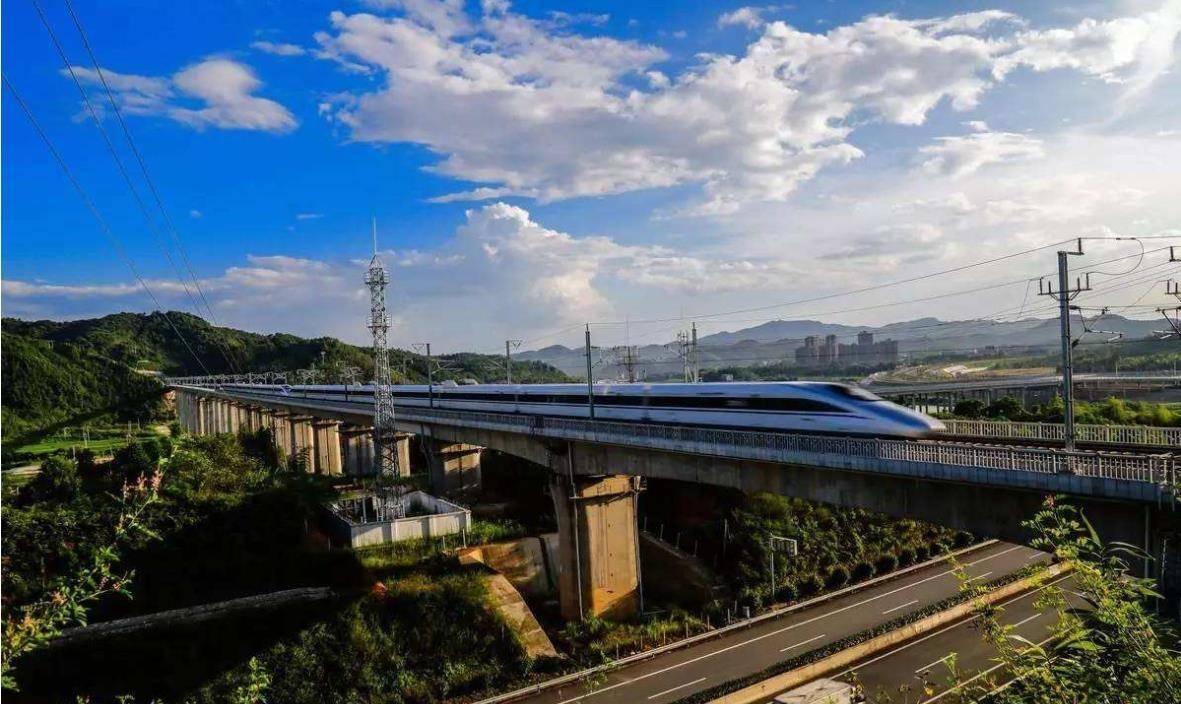 台风天高铁停运而火车却可以运输,高铁还不如火车?