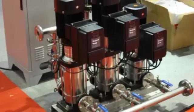 活塞泵的原理_活塞泵的工作原理:在活塞往复运动的过程中,当活塞向外运动时,出口逆止门在自重和压差作用下关闭,进口逆止门在压差的作用下打开,将液体