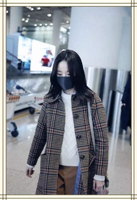 真服了董洁!如此老气的格子大衣也能穿得这么美,一般人绝对丑哭