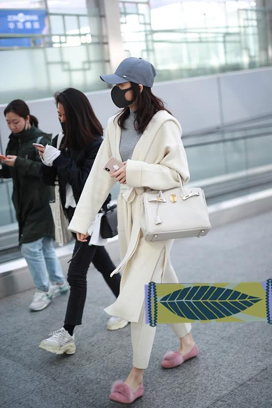 王鸥蛮会搭,白色套装配灰色针织衫,冷色调搭配让气质都变高级!