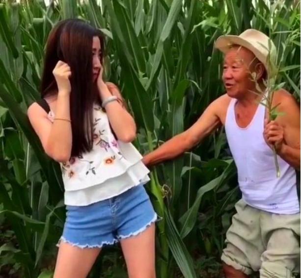 搞笑GIF:大爺你想多了,姑娘是到老家看看地