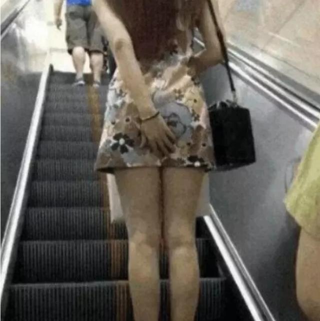 搞笑GIF:妹子,咱可是穿著裙子呢,乘電梯的時候注意點哦