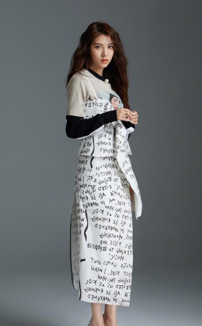 """宋妍霏也太认真了吧,竟然在裙子上记满了""""英文笔记""""?看呆了"""