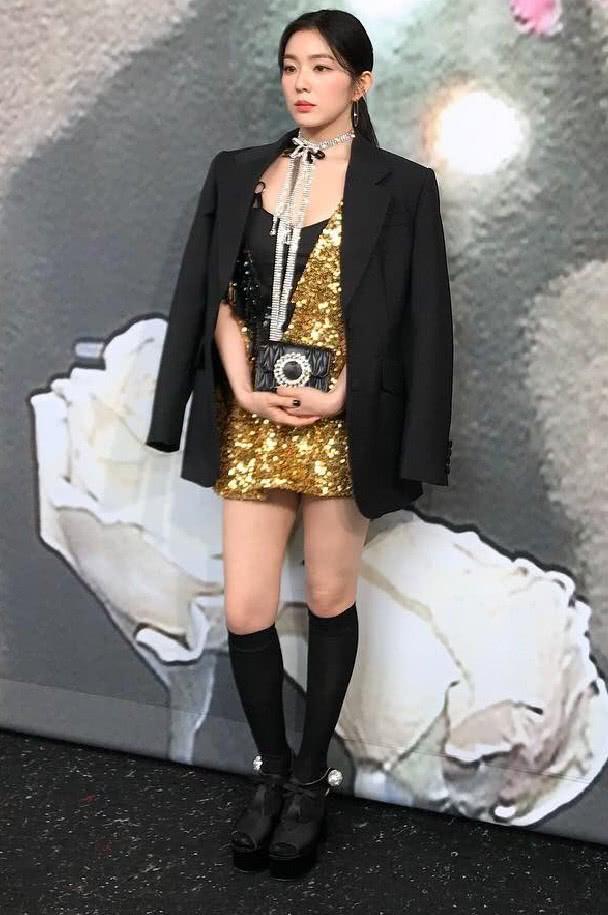 南韩神颜Irene,穿的鳞片裙是镶金了吗?这么闪!